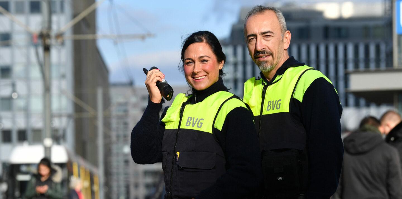 Eine Mitarbeiterin und ein Mitarbeiter aus dem BVG-Sicherheitsdiesnt sind auf der Straße im Einsatz.