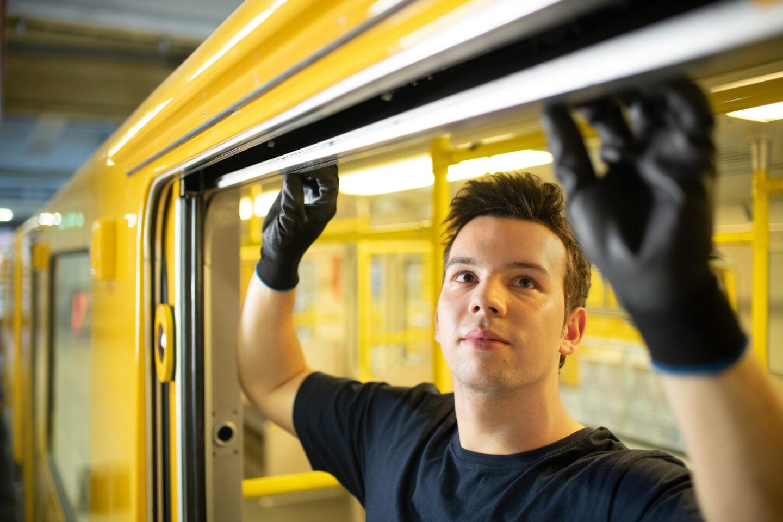 Mechatroniker Florian übt seinen Handwerker-Job bei der BVG in Berlin aus. Er repariert ein Schiebefenster.