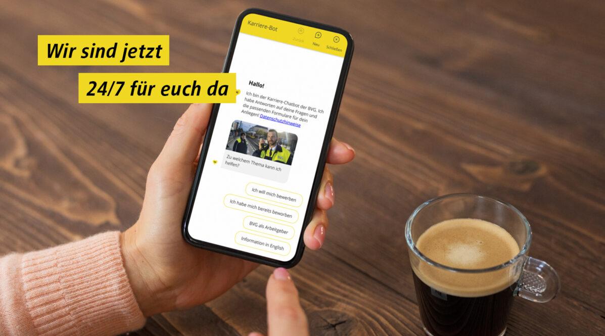 Auf einem Handy ist der Startbildschim des Karriere-Chatbots zu sehen.