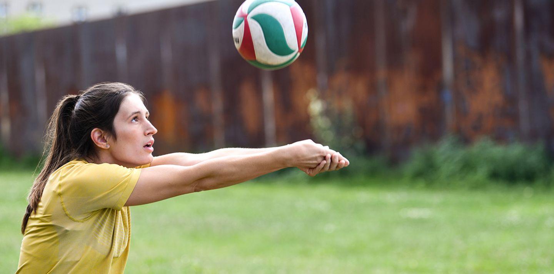 Projektingenieurin Lulu spielt Volleyball