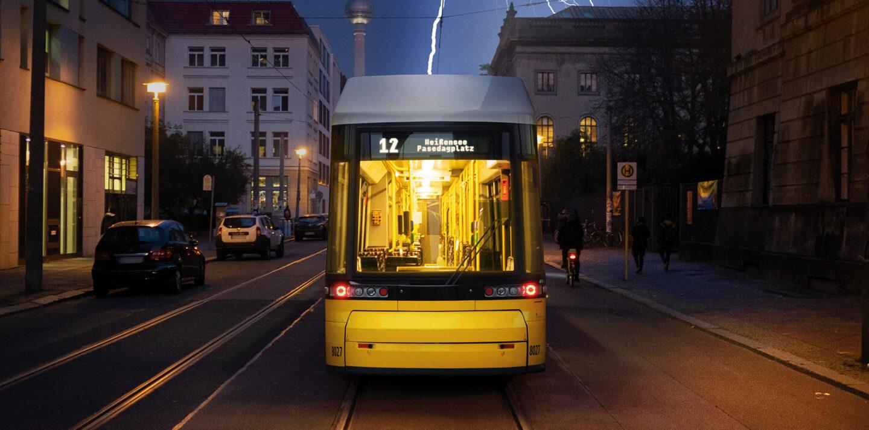 Ein Blitz schlägt in eine Straßenbahn, die frontal ins Bild fährt.