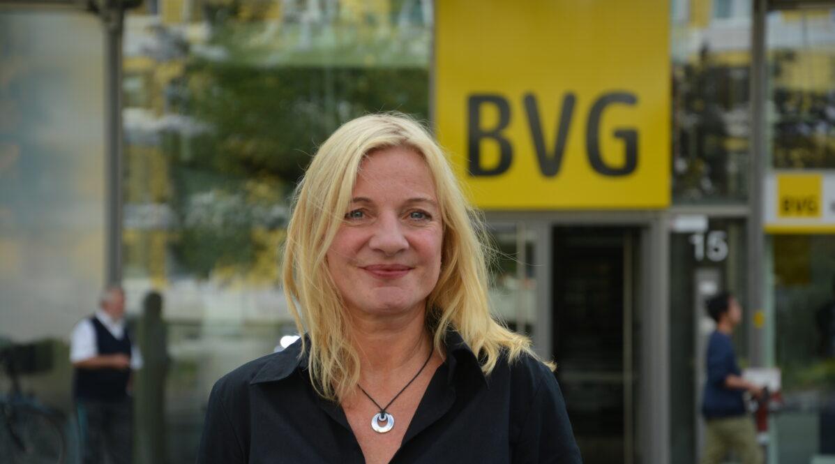 Isabel Heins vor dem BVG-Hauptgebäude