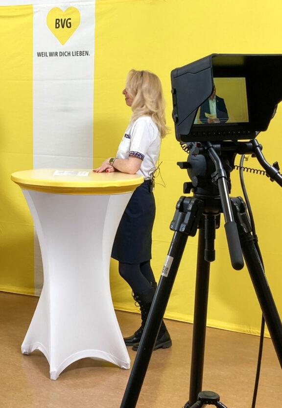 Zu sehen ist eine Interview-Situation im Sendestudio.