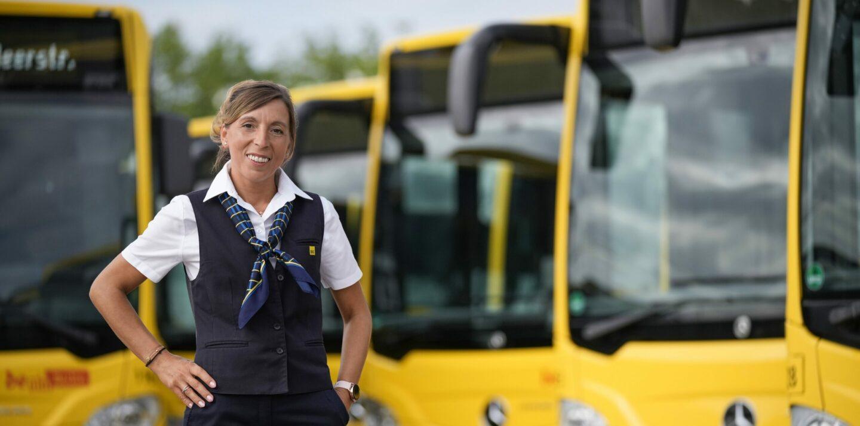 Busfahrerin Sonia steht vor mehreren BVG-Bussen